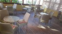karrige dhe tavolina lokali